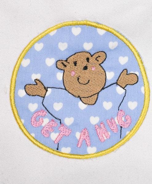 auge - 2017 makema embroidery file bear get a hug 01 494x600 - Teddy Applikation