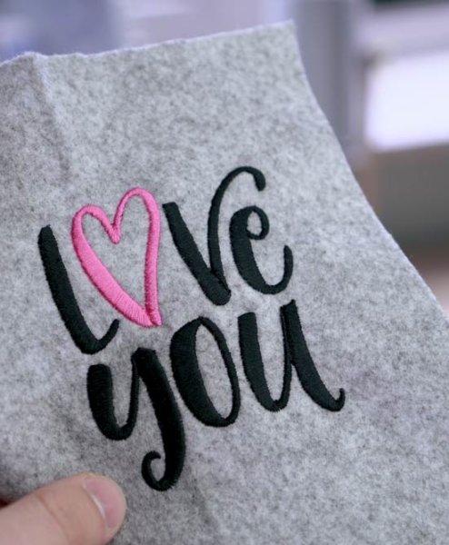 "love you - 2017 05 makema embroidery design stickdatei herunterladen calligraphy 00005 love you 494x600 - Schriftzug ""love you"""