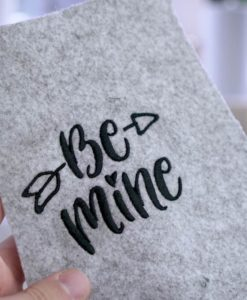 "Be Mine Schriftzug als Stickdatei herunterladen, handlettering be mine - 2017 05 makema embroidery design stickdatei herunterladen calligraphy 00012 be mine 247x300 - Schriftzug ""Be mine"""