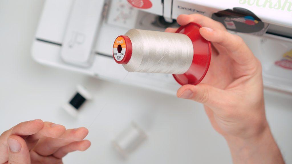 Overlock-Garn als Unterfaden / Bobbin thread verwenden. tipps für stickmaschine 10 geheime Tipps für Stickmaschine 10 geheime tricks f  r stickmaschinen 05 1024x575