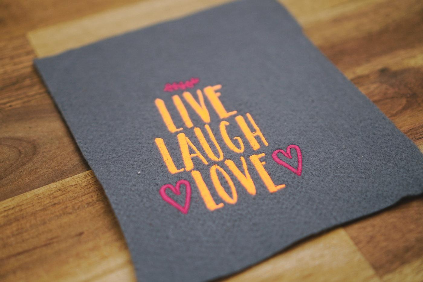 Stickdatei auf Stoff und Liebe embroidery design live laugh love ❤️ »LIVE LAUGH LOVE« stickdatei live laugh love 02 1400x933