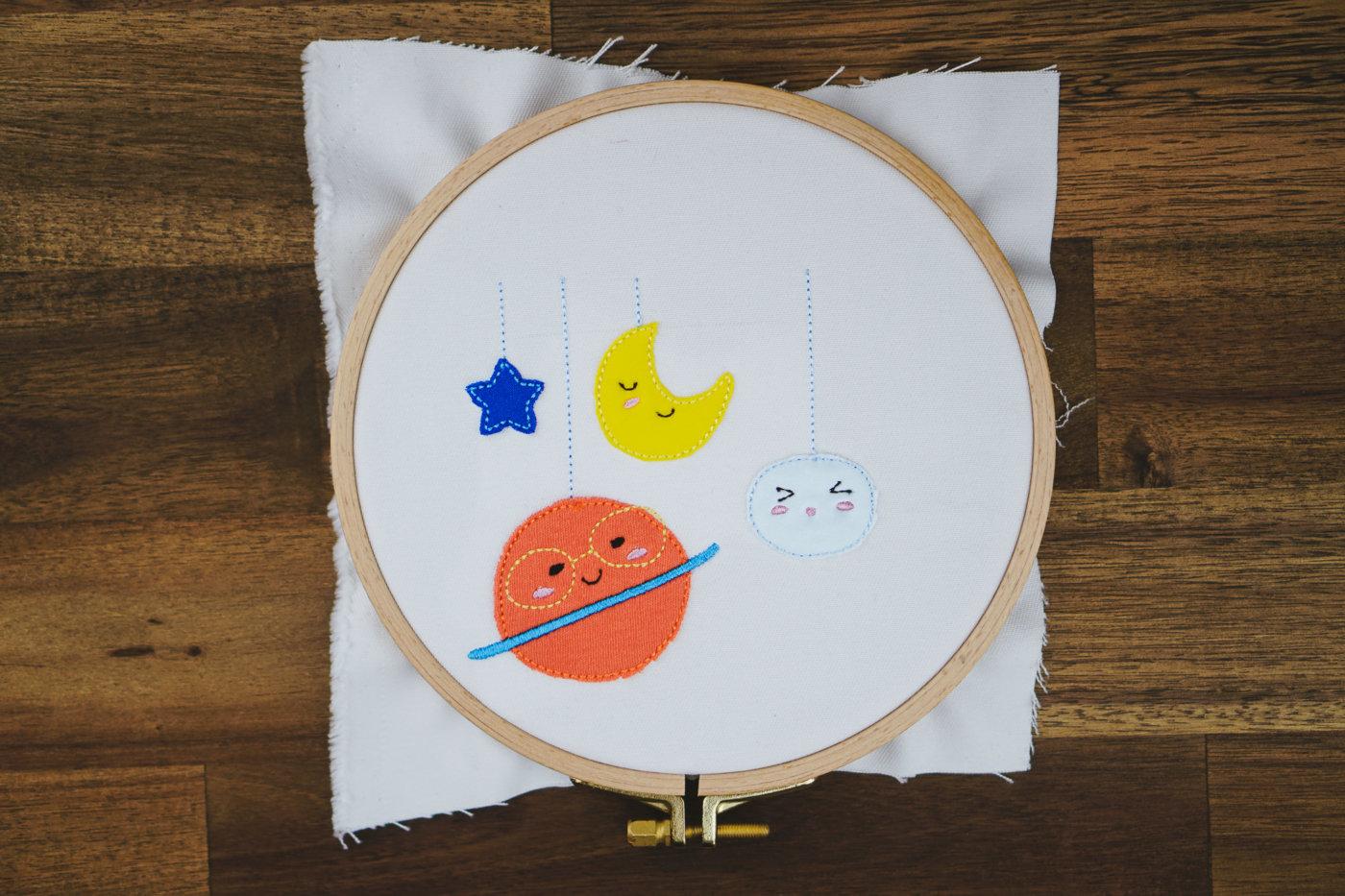 Stickdatei Planeten / Kosmos / Mond / Sterne  Planet Applique »Sonne, Mond & Sterne« 🌝 (4x) stickdatei planeten kosmos astronaut 01 1400x933