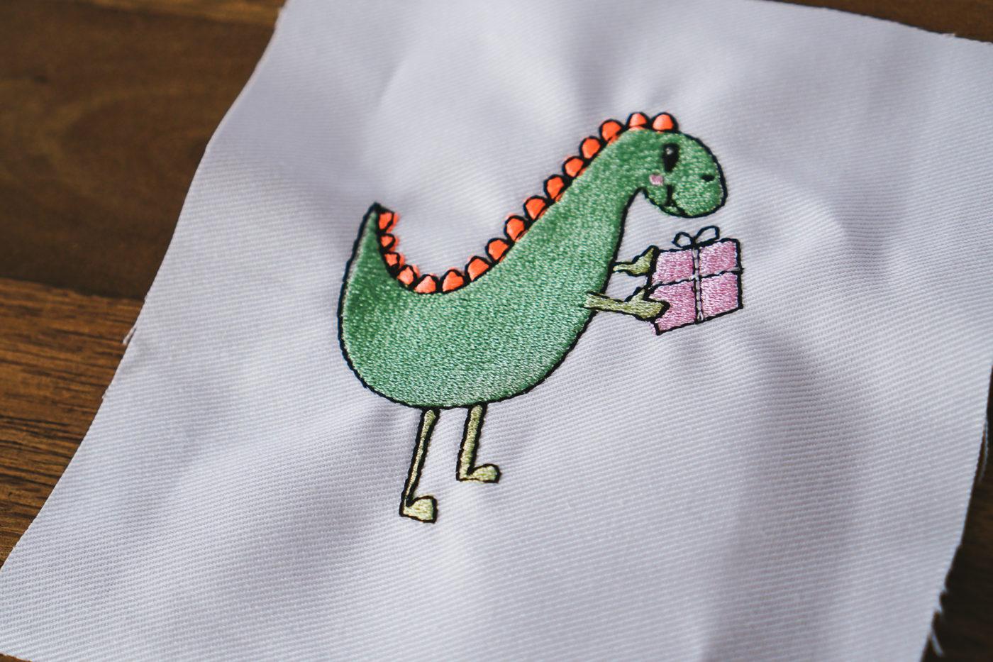 Stickdatei Dino Geburtstag stickdatei dino Dino mit Geschenk dinosaur present 02 1400x933