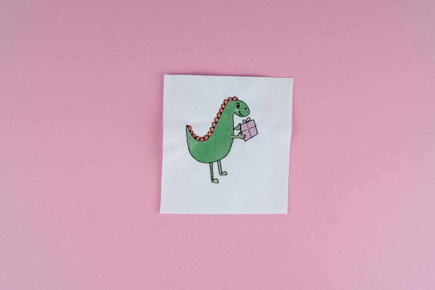 Stickdatei Dino mit Geschenk