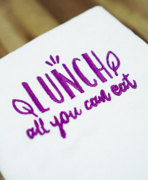Stickdatei Lunch all you can eat (Anwendungsbeispiel) stickdatei lunchbag Lunch – »All you can eat« stickdatei lunch 02 494x600