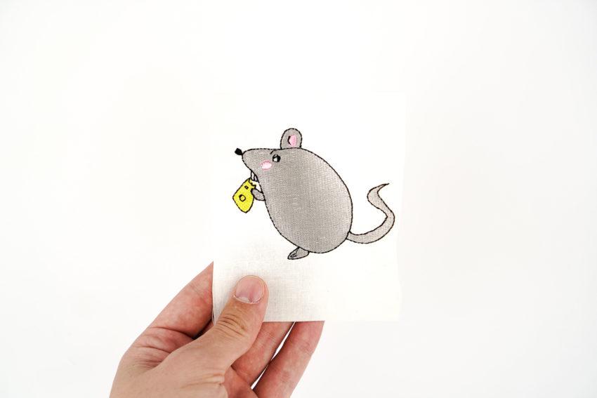 Stickdatei Maus mit Käsestück (Anwendungsbeispiel)