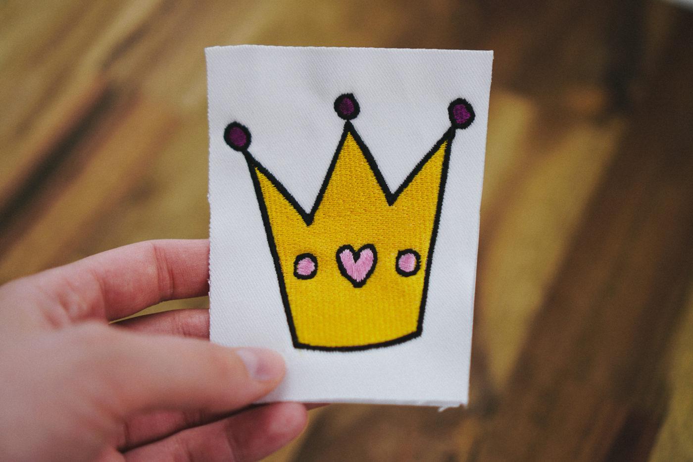 Stickdatei Prinzessin Krone (Anwendungsbeispiel) stickdatei krone Prinzessinnen-Krone 👑 stickdatei prinzessin krone 03 1400x933