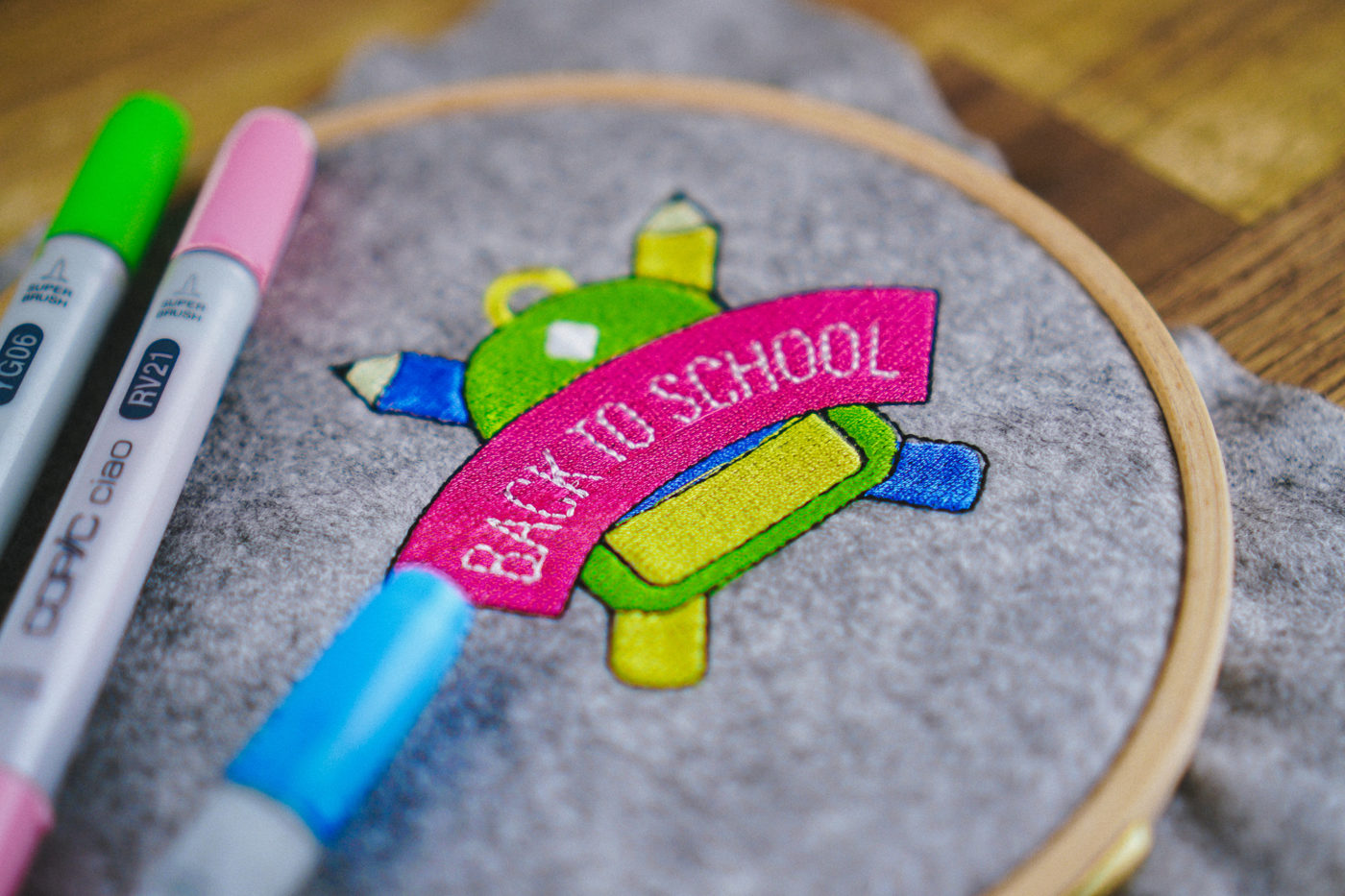 Stickdatei Schulanfang Anwendungsbeispiel back to school embroidery designs back to school stickdatei schulanfang back to school 02 1400x933