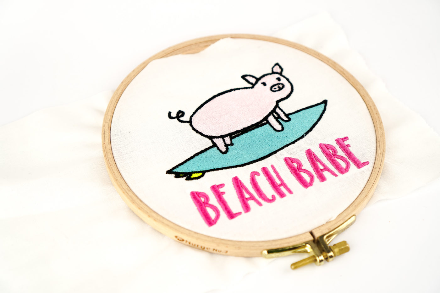Stickdatei Schwein Surfing girl embroidery design Girl »Fashionista« stickdatei schwein surfing 02 1400x933