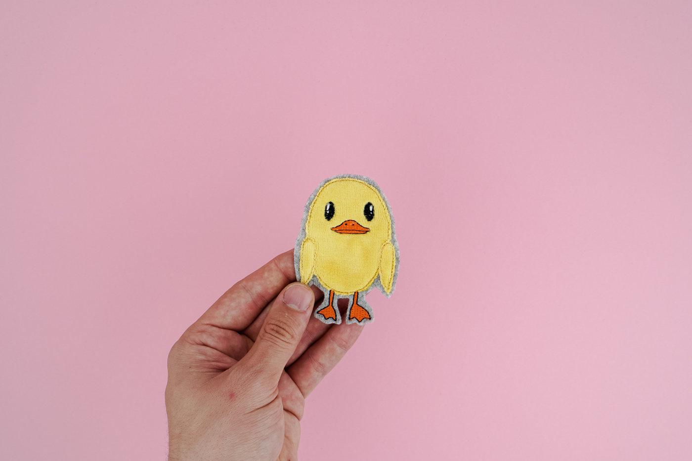 Machine embroidery design chick »Quack« #FLUFFIE & FANS [object object] »Quack« 🐥 by #FLUFFIE & FANS stickdatei fluffie kueken 02 1400x933