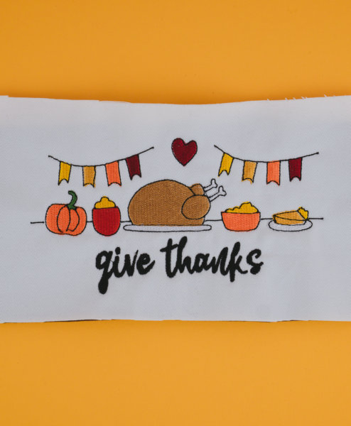 Stickdatei Thanksgiving (Anwendungsbeispiel) stickdatei thanksgiving Give thanks 💛 stickdatei thanksgiving 01 494x600