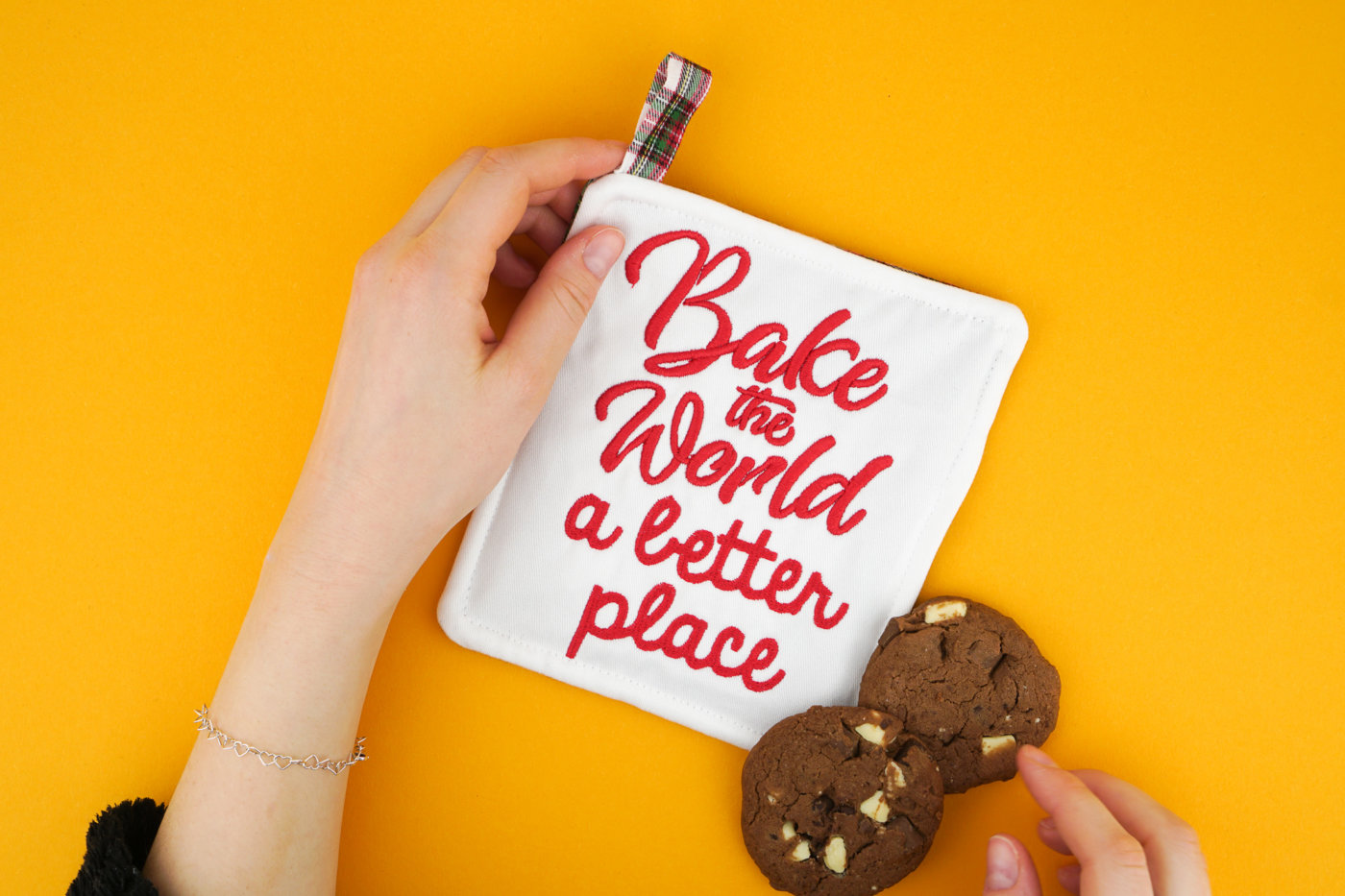 Stickdatei zum Thema Backen stickdatei küche Schriftzug »bake the world a better place« stickdatei backen bake world better place 0 1400x933