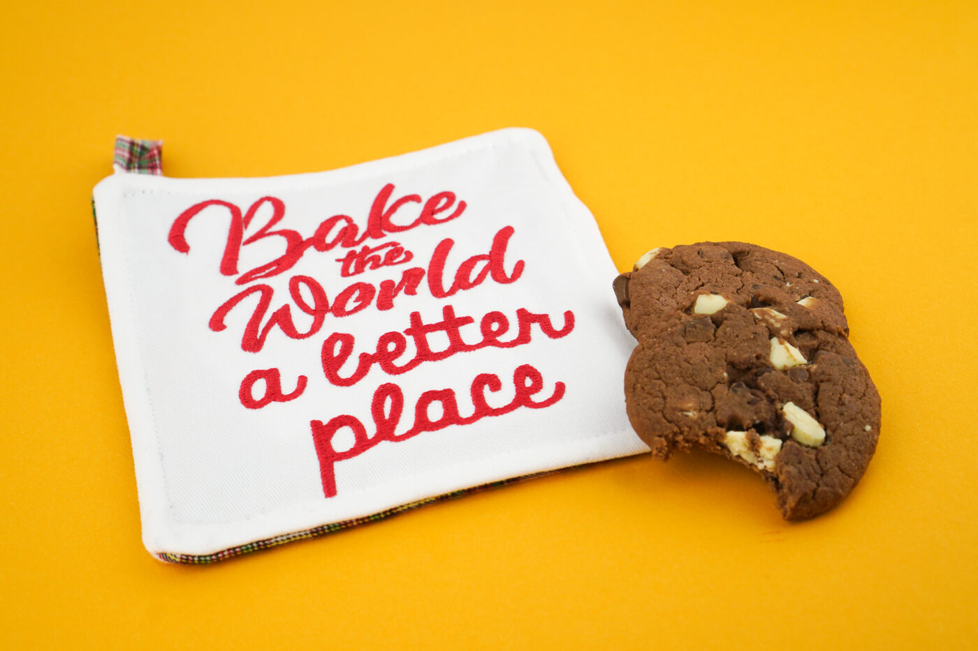 Stickdatei Weihnachten Backen Schürze stickdatei küche Schriftzug »bake the world a better place« stickdatei backen bake world better place 03 1400x933