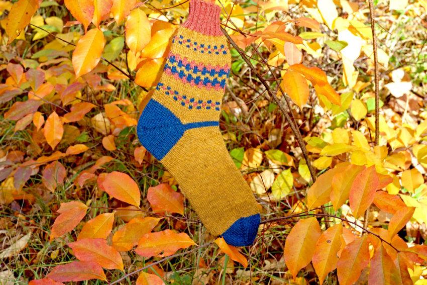 Gestrickte Socken im Herbst