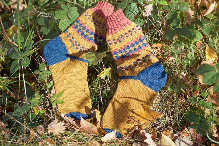 Selber gestrickte Socken im Herbst
